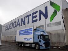 Volvo gassdrevet lastebil foran Elkjøps nordiske distribusjonssenter i Jönköping