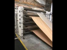 Maskiner der folder papir og plast sammen, der skal anvendes til endeligt produkt