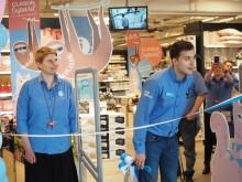 Toimitusjohtaja Virpi Viinikainen ja myymäläpäällikkö Merim Deomic toivottivat ensimmäiset asiakkaat tervetulleiksi Hansan uuteen myymälään.