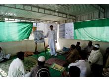 En sjuksköterska informerar om hepatit b och c i Läkare Uan Gränsers projekt i Dargai, Pakistan.