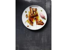 Stekt persika med persikosorbet, karamellsås och yoghurt