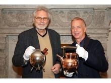 Dr. Olaf Thormann (r.), Museumsdirektor, präsentiert den Ankauf mit Werner Bünck