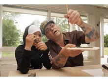Konstnären Richard Johansson och Noor Abdul utforskar olika material och tekniker.