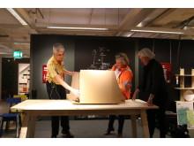 Anna Bryngelsson, varuhuschef IKEA Kållered, Susanne Lundberg, arbetschef på Peab och Marie Östh Karlsson, Kommunstyrelsens ordförande, Mölndals stad bygger tillsammans en stol
