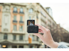 RX0M2_GenCfemale_selfie-Large