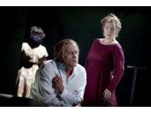 Blanche & Marie Charlotta Larsson (Blanche Wittman), Gabriel Suovanen (Jean Martin Charcot), i bakgrunden Miriam Treichl (Jane Avril)
