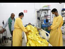 En patient vårdas på General Rural Hospital i Dhi As Sufal-distriktet i Jemen.