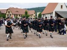 Pipes, Drums & More: Einmarsch einer traditionell gekleideten Pipe-Band