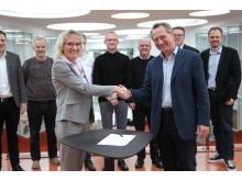 Helene Egebøl og Henrik Bindslev giver hånd på aftale, 5. februar 2018