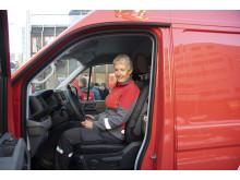 Postbud Anne Bente Lier skal kjøre de nye elektriske varebilene i Oslo.