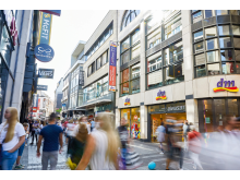 dm-Markt in einer Einkaufsstraße