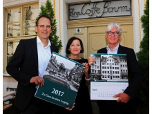 Volker Bremer und Marit Schulz (LTM GmbH) präsentieren gemeinsam mit Dr. Volker Rodekamp (Stadtgeschichtliches Museum Leipzig) den historischen Leipzig-Kalender 2017