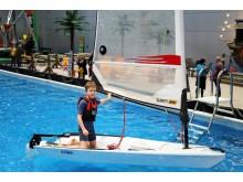 Kleine Wassersportfans lernen beim Jollensegeln die ersten Schritte