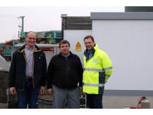 Marco Seith, Geschäftsführer der Agrokraft Großbardorf, begleitet mit Projektleiter Holger Lube und Jürgen Lehner (von links) vom Bayernwerk die letzten Schritte vor der Inbetriebnahme der Station.