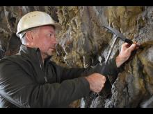 Forskaren Magnus Ivarssons forskning vid Naturhistoriska riksmuseet visar att mikroskopiskt fossil i berggrunden är ett underskattat forskningsområde. Foto Tuva Axbom.