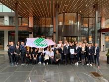 De ansatte samlet foran Hotel Norge by Scandic
