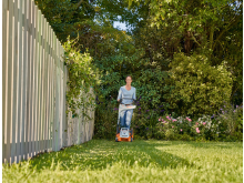 Ikke klipp plenen for kort om sommeren. Da sikrer du at stråene gir mer skygge, og holder bedre på vannet.