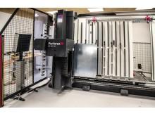 KL Automatik ApS har installeret et fuldautomatisk bearbejdningscenter Perforex BC 1007 HS fra RITTAL til boring og fræsning af huller samt skæring af gevind i bundplader og skabsvægge.