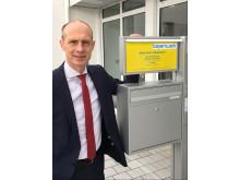 Technikvorstand Dr. Egon Westphal präsentiert das neue Gebäude des Netzcenters