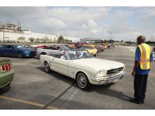 Den första bilen som rullade av bandet var en Wimbledon-vit Mustang GT V8 cabriolet.