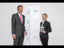 FSB-Geschäftsführer Jochen Bauer (l.) und Bereichsleiterin Marketing, Produktmanagement & Design Karin Padinger, freuen sich über die Auszeichnung der Fachzeitschrift Schloss+Beschlagmarkt.