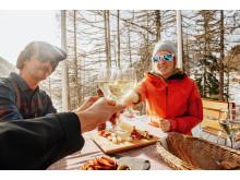 Skitourengänger machen Pause auf der Fafleralp im Lötschental (Wallis)