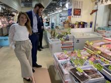 Mia Sætre Bernhardsen og Gunvar L. Wie på Tokyos gamle fiskemarked, Tsjuki