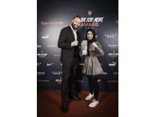 FIGHTER-Preisträgerin Zeina Nassar mit Laudator Robert Harting