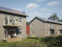 Illustration av trädgårdssida med balkong/altan och gräsytor, lägenheterna i BoKlok Biodlaren, Göta, Lilla Edet.