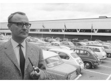 Ingvar Kamprad framför varuhuset i Ällmhult
