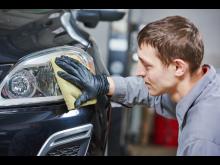 Hvordan rengjøres og poleres frontlyktene best mulig?