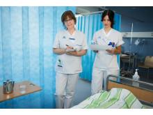 Sjuksköterskan Helen Isberg tillsammans med Jeanette Andersson, klinisk farmaceut