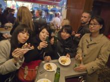 Glada turister på Bibliotekstans shoppingkväll