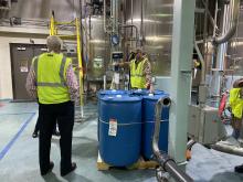 Senator Steve Womack bekam vor Ort einen Einblick in die Produktionsstätte.