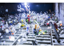 Abfallsortierung: Ein Ballistikseparator trennt harte von weichen Kunststoffen