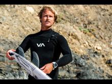 Marlon Lipke trägt die Instinct Solar Surf