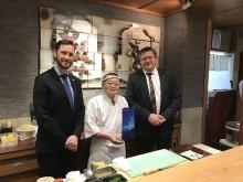 Fiskeriministeren på lunsj hos sushimesteren Masayoshi Kazato under Japanbesøket i mars 2019