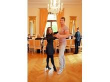 Choreografin Corina Ries und Kanute Stefan Holtz üben Samba-Schritte