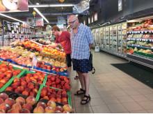 Bjarne og Simon Jørgensens besøg i det græske supermarked var overvældende: - Sjældent har vi set så stort et udvalg af friske varer...