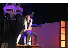 """Das Duo NightPeople mit ihrer einzigartigen Hand-auf-Hand-Akrobatik im Wintervarieté """"Café Mélange"""""""