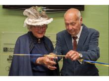 De tidigare rektorerna och bandklipparna Birgitta Olsson och Harald Stenhag inviger En sagolik skola i Kalmar.