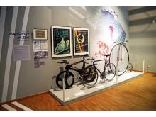 """Fahrräder von Jens Lehmann und Uwe Ampler sowie ein Hochrad in der Ausstellung """"In Bewegung - Meilensteine der Leipziger Sportgeschichte"""""""