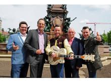 """Sie freuen sich auf das """"Leipziger Stadtfest 2017"""": Leipzigs beliebte Band """"Firebirds"""" sowie Volker Bremer (Leipzig Tourismus und Marketing GmbH, 2.v.l.) und Bernd Hochmuth (Gesamtorganisator des Leipziger Stadtfestes, 2.v.r.)"""