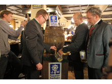 Dr. Martin Leibhard, Josef Laggner und Werner Mayer beim Anstich des Holzfasses im Augustiner am Markt (v.l.)