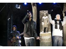 Morgan Sulele og Oral Bee med den opplyste statuen av Rikard Nordraak bak
