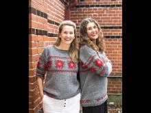Malin Hidesäter och Erika Wallin i julens tröjor