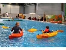 Trainer bringen kleinen Wassersportfans das Kajakfahren bei