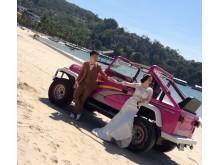 Ca. 4.000 danske påskegæster i Thailand har været badet i bragende sol - påskedag fik dette lokale brudepar taget bryllupsbilleder på stranden i Patong i 35 grader. Mon ikke bruden drømte om en bikini frem for en kjole i tyk kinesisk silke?