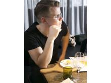 Fabian Kalf Hansen på Svenska Bins honungsprovning