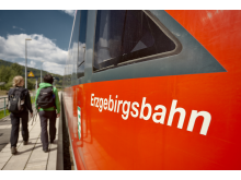 Die modernen und klimatisierten roten Triebwagen der Erzgebirgsbahn werden im August auf der einmalig schönen Strecke zwischen den Bergstädten Schwarzenberg und Annaberg-Buchholz unterwegs sein